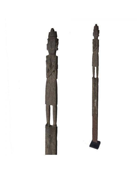 Oude houten pop op voet